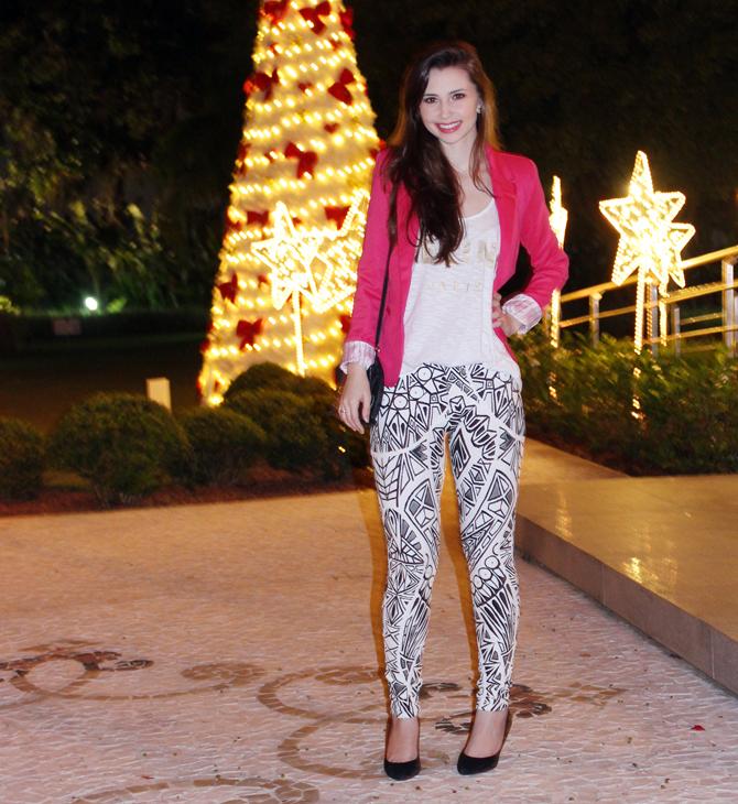 1- look do dia blazer pink e calça estampa geométrica