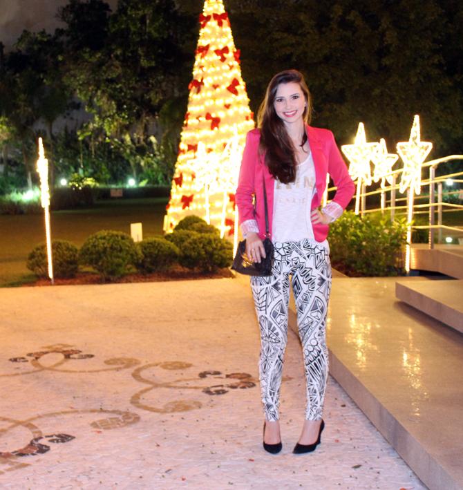 3- look do dia blazer pink e calça estampa geométrica