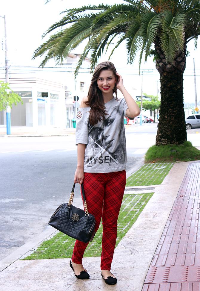 01 - look do dia com calça xadrez tee e jaqueta com mangas de couro sempre glamour