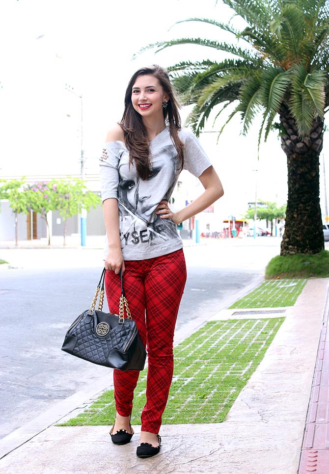 02 - look do dia com calça xadrez tee e jaqueta com mangas de couro sempre glamour