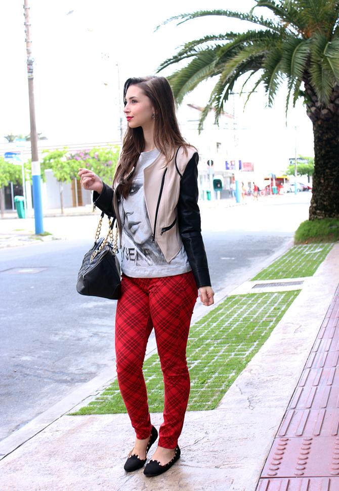 03 - look do dia com calça xadrez tee e jaqueta com mangas de couro sempre glamour