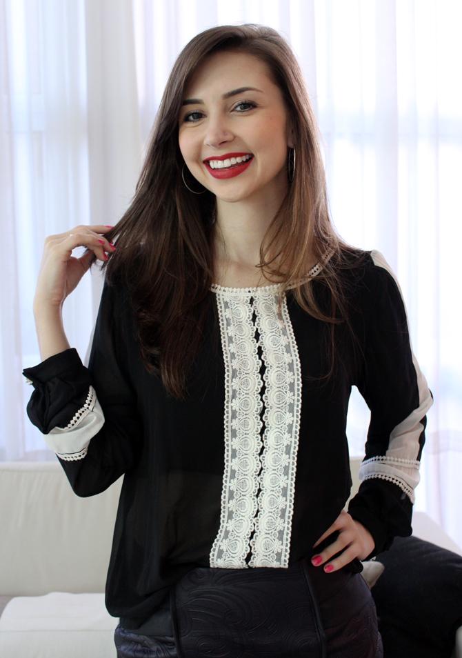 04 - look com saia de couro e camisa preto e branco