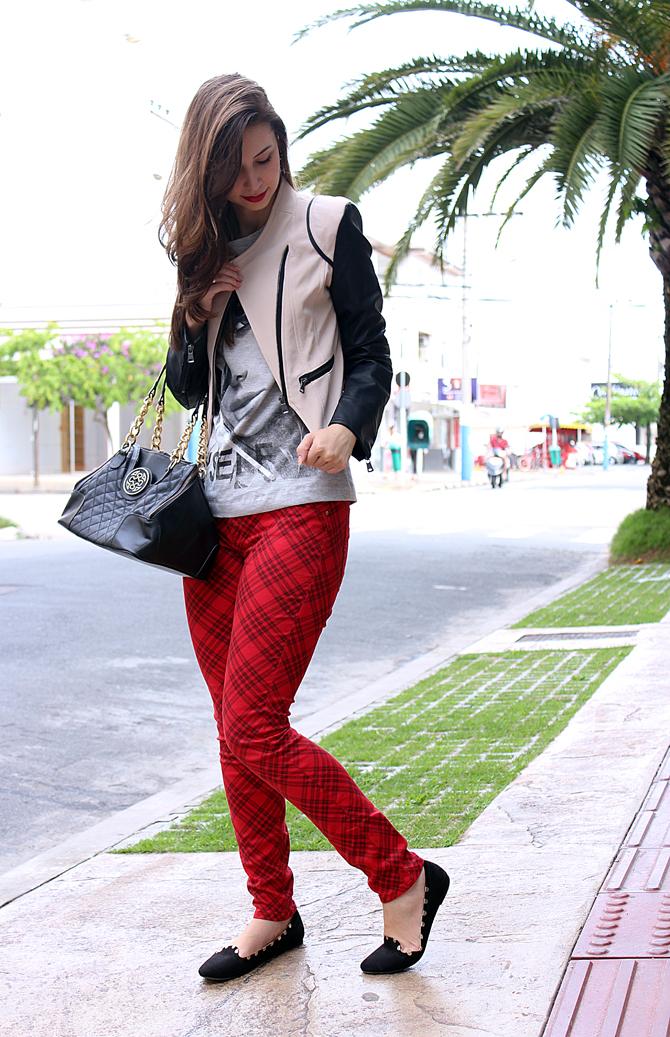 04- look do dia com calça xadrez tee e jaqueta com mangas de couro sempre glamour