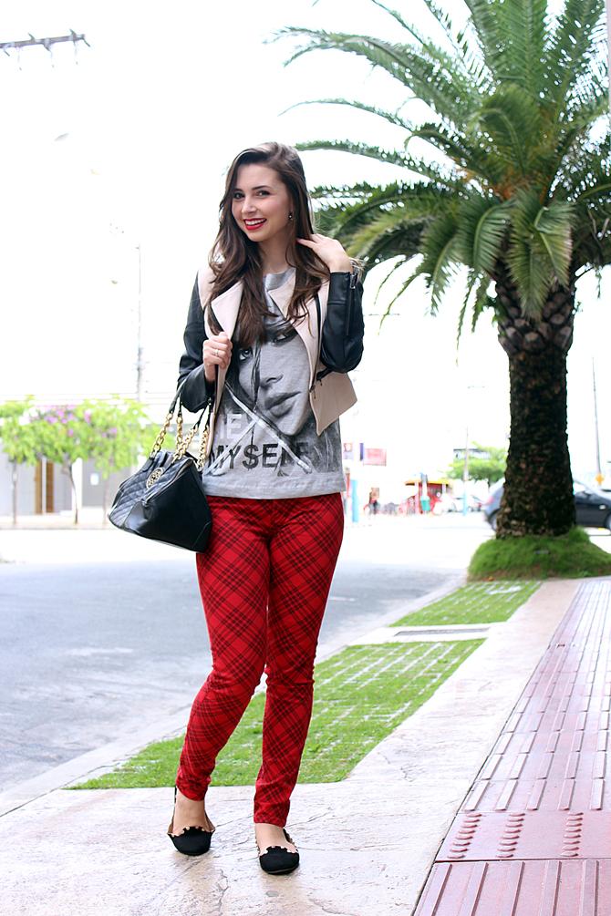 07 - look do dia com calça xadrez tee e jaqueta com mangas de couro sempre glamour