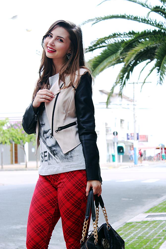 10 - look do dia com calça xadrez tee e jaqueta com mangas de couro sempre glamour