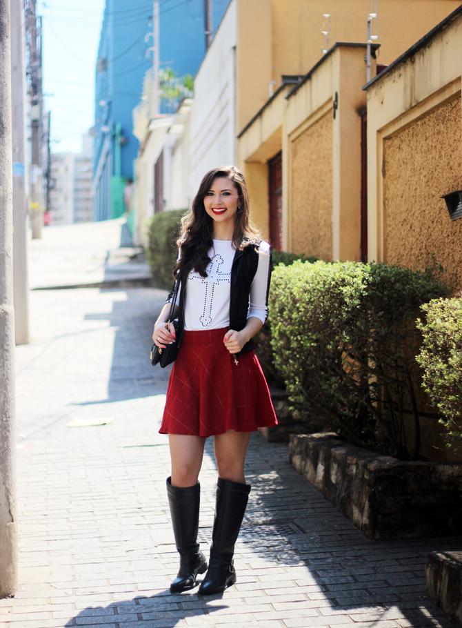 01 - look saia vermelha rodada e colete