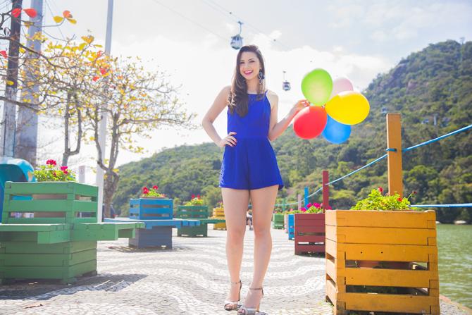 01 - macaquinho azul nos bancos coloridos próximo ao teleferico parque unipraias