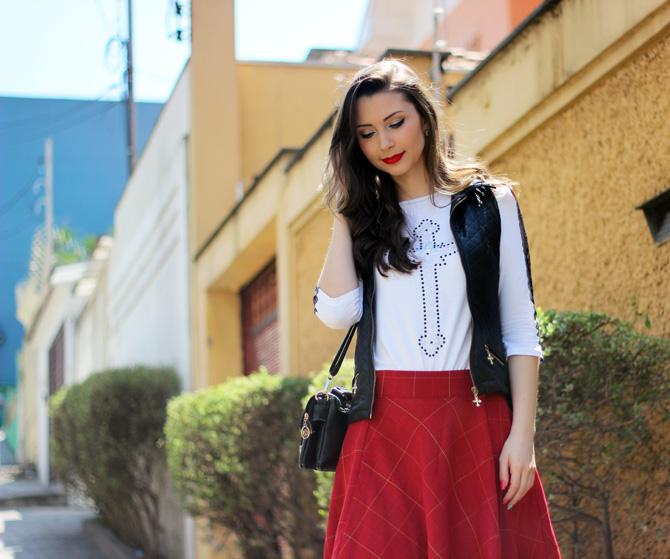 08 - look saia vermelha rodada e colete