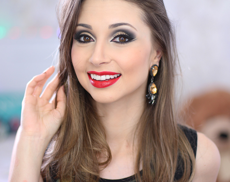 4-maquiagem dourada com batom vermelho