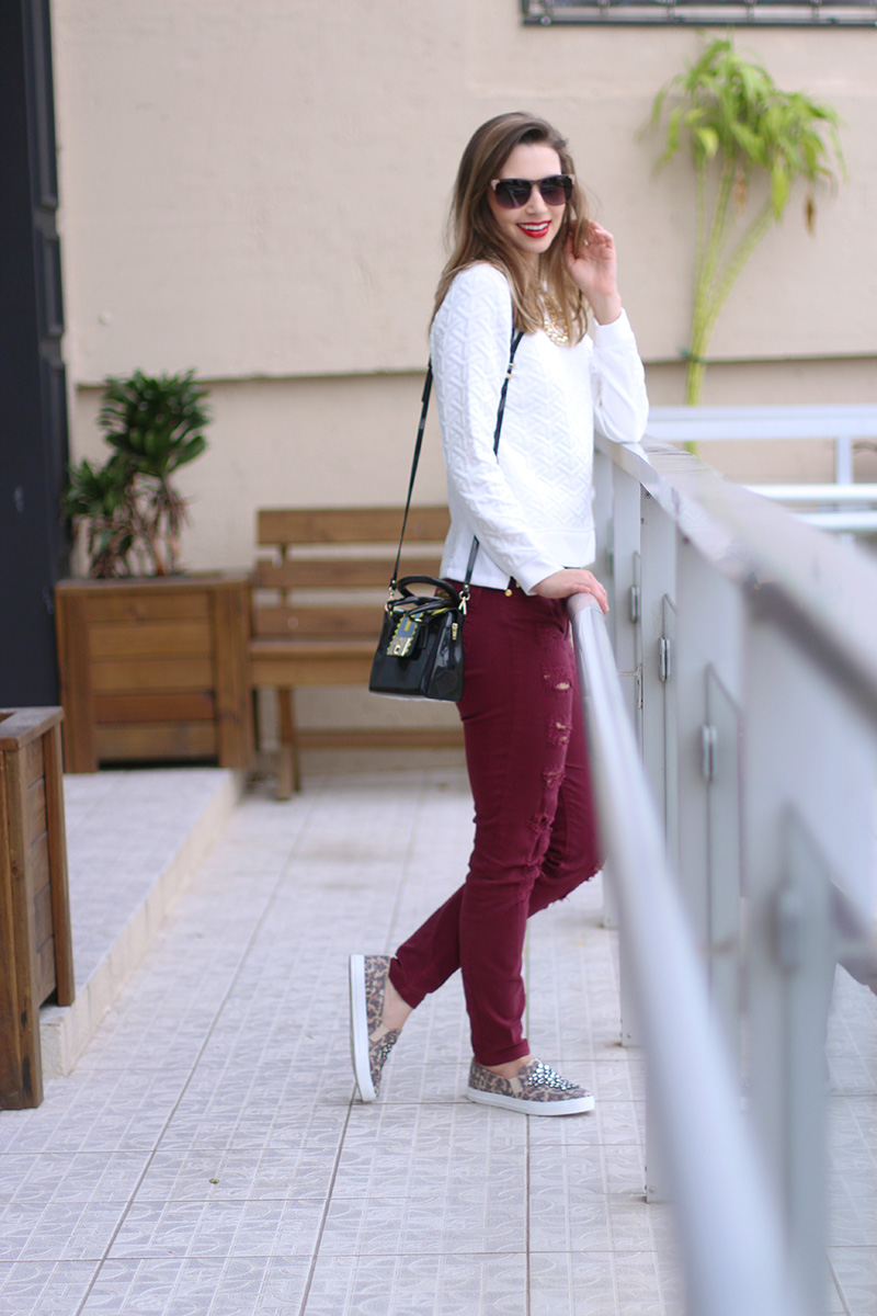 2-look do dia calça bordo destroyed e tenis de oncinha