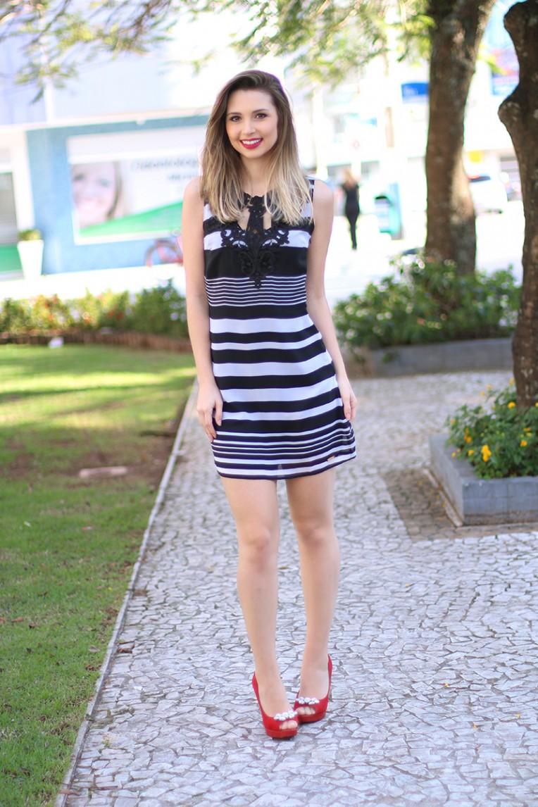 1-look do dia vestido preto e branco com peep toe vermelho