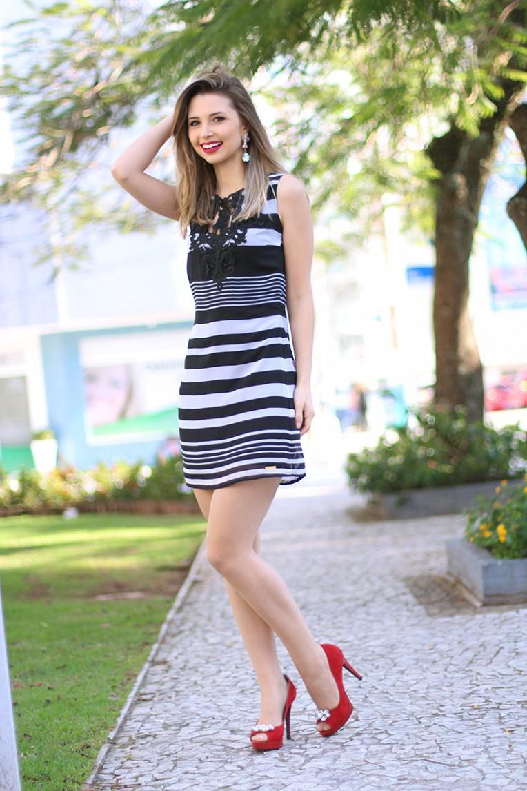 2-look do dia vestido preto e branco com peep toe vermelho