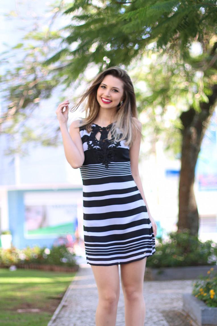 4-look do dia vestido preto e branco com peep toe vermelho