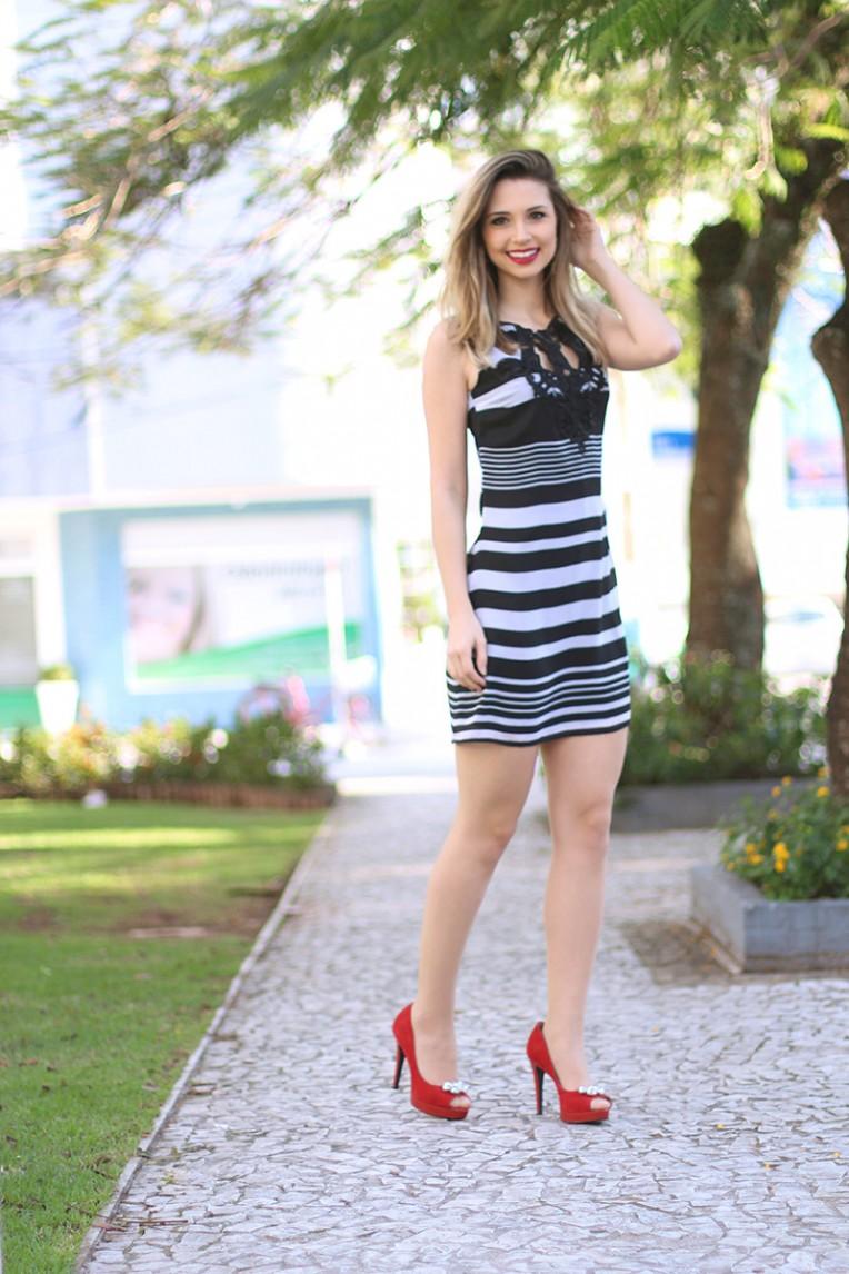 7-look do dia vestido preto e branco com peep toe vermelho