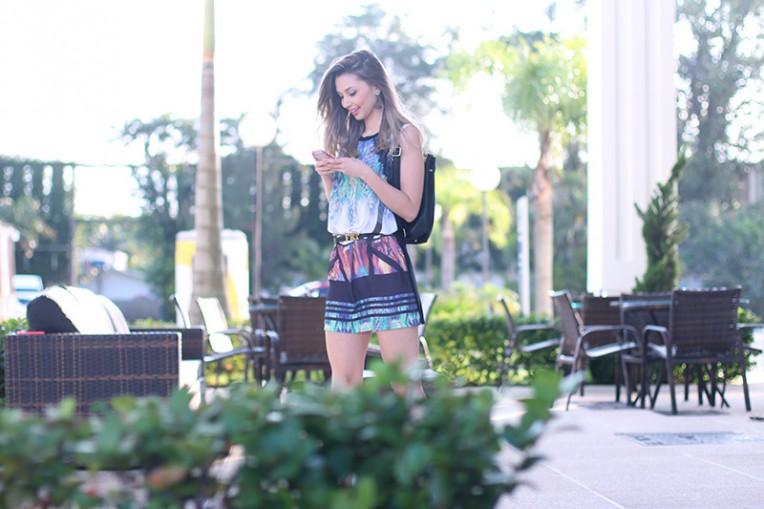 1- vestido com mochila e tenis