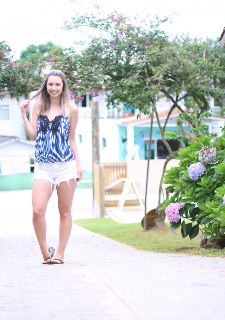 1-shorts branco com blusa de alcinha azul