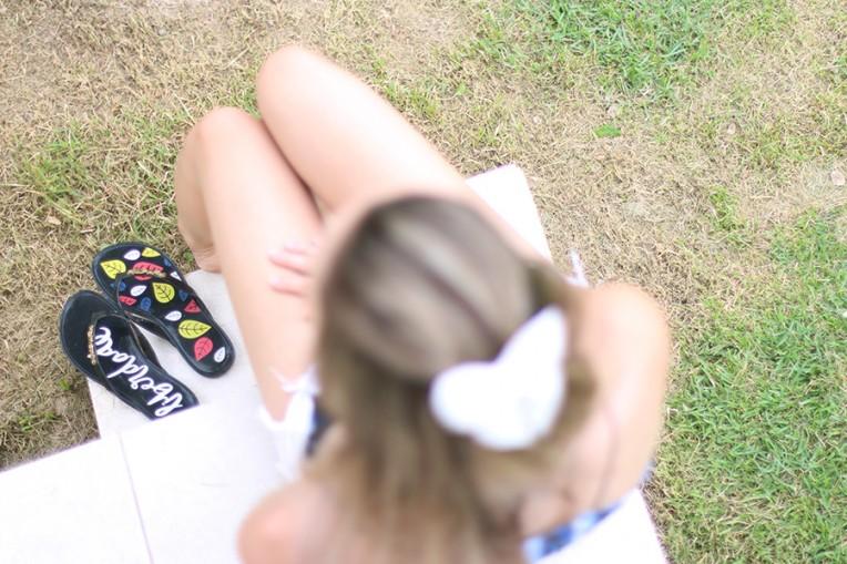 10-shorts branco com blusa de alcinha azul
