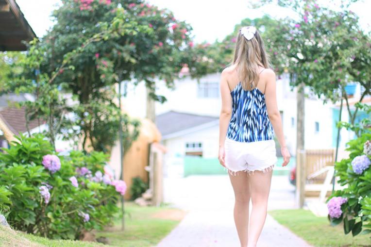 2-shorts branco com blusa de alcinha azul