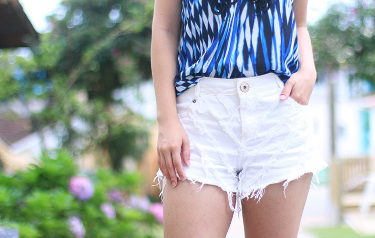 4-shorts branco com blusa de alcinha azul