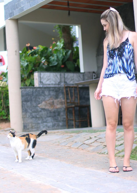 5-shorts branco com blusa de alcinha azul