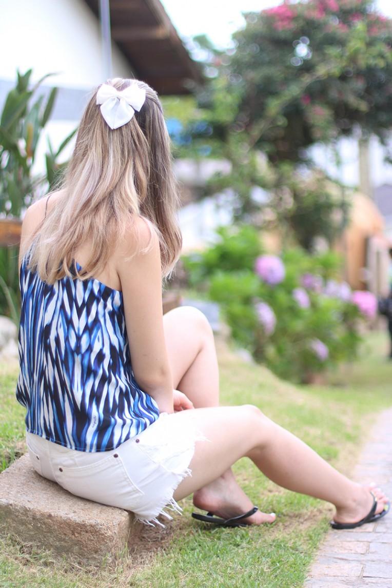 7-shorts branco com blusa de alcinha azul