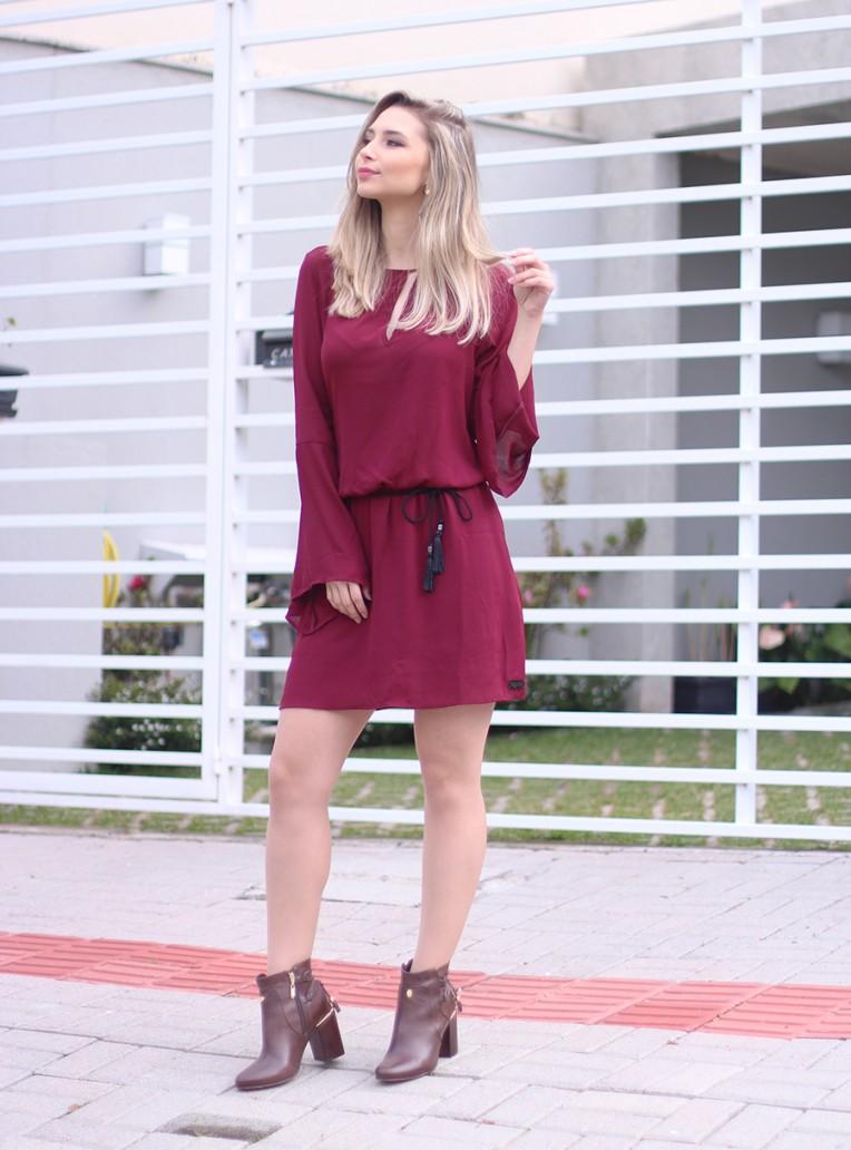1-vestido bordo com mangas flare e bota cano curto