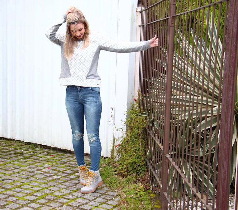 3-look moletom com calça jeans e bota coturno